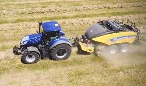 美国中年大叔驾驶农机打捆作业 年入百万